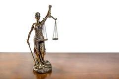 Dame Justice auf dem Holztisch lokalisiert auf weißem Hintergrund Lizenzfreie Stockfotografie