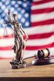 Dame Justice en Amerikaanse vlag Symbool van wet en rechtvaardigheid met U Stock Afbeeldingen