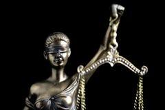 Dame Justice im schwarzen Hintergrund Lizenzfreie Stockfotos