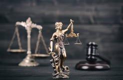 Dame Justice, Schalen van Rechtvaardigheid en Rechter Gavel op een zwart hout stock afbeeldingen