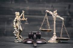 Dame Justice, Schalen van Rechtvaardigheid en Rechter Gavel op een zwarte houten achtergrond royalty-vrije stock foto