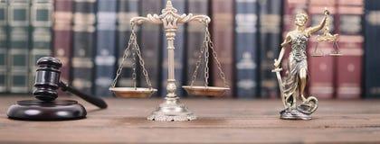 Dame Justice, Skalen von Gerechtigkeit und von Richter Gavel lizenzfreie stockbilder