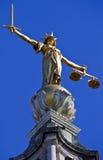 Dame Justice Statue ontop van de Oude Vestingmuur in Londen Stock Foto