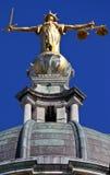 Dame Justice Statue ontop van de Oude Vestingmuur in Londen Royalty-vrije Stock Foto