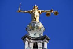Dame Justice Statue ontop van de Oude Vestingmuur in Londen Royalty-vrije Stock Afbeelding