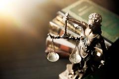 Dame Justice Statue von Gerechtigkeit in der Bibliothek stockfotografie