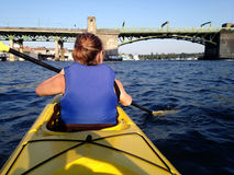 Dame Kayaking in Washington State Royalty-vrije Stock Afbeeldingen