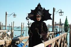 Dame in kostuum van zwarte knuppel, Venetië Carnaval Royalty-vrije Stock Afbeelding