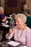 Dame mûre heureuse dans le restaurant Photographie stock libre de droits