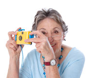 Dame mûre avec un appareil-photo - une femme plus âgée d'isolement sur le backgr blanc Photos libres de droits