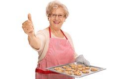 Dame mûre tenant des biscuits de puce de chocloate Images stock