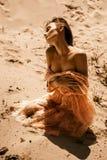Dame magnifique avec les yeux fermés dans la robe rose photos libres de droits