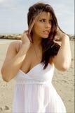 Dame magnifique dans le vent sur la plage regardant le soleil triste Image libre de droits
