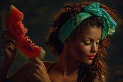 Dame in Meer mit Wassermelone Lizenzfreies Stockbild