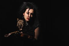 Dame met de gebroken viool royalty-vrije stock foto