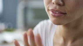 Dame met duidelijke belangstelling en nieuwsgierigheid die haar nieuwe manicure, spijkerhygiëne onderzoeken stock footage