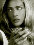Dame met een Martini stock afbeeldingen