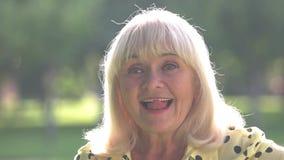 Dame met grijze haarglimlachen stock video