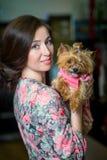 Dame met hond die York stellen Stock Fotografie