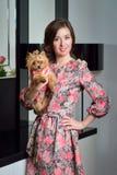 Dame met hond die York stellen Royalty-vrije Stock Foto's