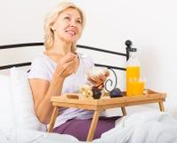 Dame met jus d'orange, bessen en yoghurt Royalty-vrije Stock Afbeelding