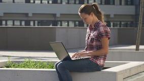 Dame met laptop in de wind stock video