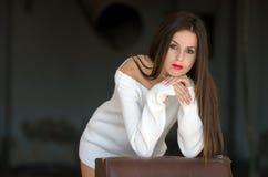 Dame met witte lange blouse in oude fabrieks donkere ruimte Royalty-vrije Stock Foto