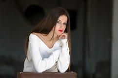 Dame met witte lange blouse in oude fabrieks donkere ruimte Royalty-vrije Stock Afbeelding