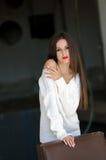Dame met witte lange blouse in oude fabrieks donkere ruimte Stock Foto's