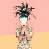 Dame mit Blume im modischen Sommerkleid Das Strandart Türkische cuc Stockbilder