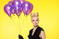 Dame mit einem Bündel purpurroten Ballonen lizenzfreie stockfotos