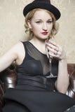 Dame mit einem Glas Champagner Lizenzfreie Stockfotografie