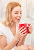 Dame mit einer Tasse Tee zuhause Stockbild