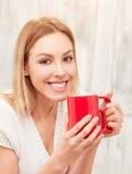 Dame mit einer Tasse Tee zuhause Stockfotografie