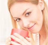 Dame mit einer Tasse Tee zuhause Lizenzfreies Stockfoto