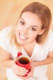 Dame mit einer Tasse Tee zuhause Lizenzfreie Stockfotos
