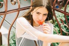 Dame mit Erdbeere im Mund lizenzfreie stockfotografie
