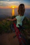 Dame mit Fahrrad stockfotografie