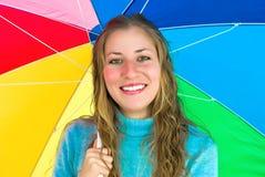 Dame mit großem buntem Regenschirm Lizenzfreies Stockfoto