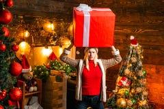 Dame mit großem Geschenk in ihren Händen konfus Konzept des neuen Jahres lizenzfreie stockbilder