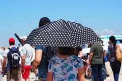 Dame mit Regenschirm bei der Temperatur 30º lizenzfreies stockfoto