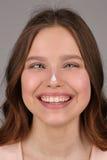 Dame mit Sahne auf ihrer Nase Abschluss oben Grauer Hintergrund Lizenzfreie Stockbilder