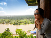 Dame mit schönem Fluss und Bergblick stockfotografie