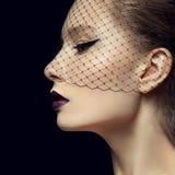 Dame mit schönem Make-up in einem Schleier Stockbild