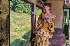 Dame modèle s'asseyant dans un train de vintage Image stock