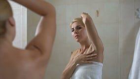 Dame ontevreden met droge huid van oksel, het transpiratiewerende middel van geringe kwaliteit, lichaamsverzorging stock footage