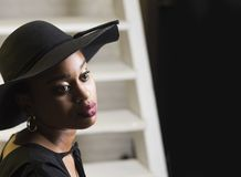 Dame op dromerig gezicht met make-up Dame in hoed met sensuele grote lippen Afrikaans vrouwelijk schoonheidsconcept Vrouw met Afr stock fotografie