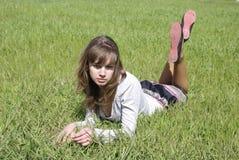 Dame op een groen gras (1) Stock Afbeeldingen