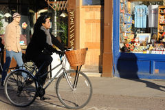 Dame op fiets in Cambridge royalty-vrije stock afbeelding