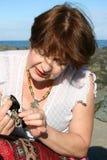 Dame op het strand stock fotografie
